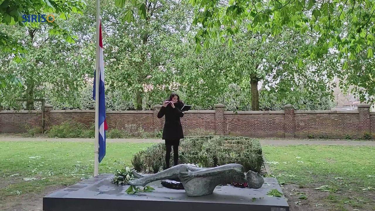 Michelle Boonekamp speelt het Wilhelmus in het Moussaultpark in Asten